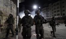 """اعتقال 10 فلسطينيين والاحتلال ينكل بالعمال على حاجز """"300"""""""