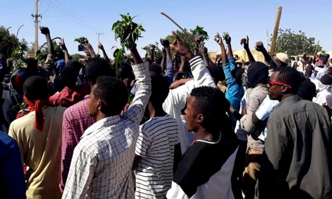 تواصل الاحتجاجات بالسودان والمعارضة تشكك بقرارات الحكومة