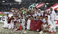السلطات الإماراتية تُوقف بريطانيا وتضربه لارتدائه قميص المنتخب القطريّ!