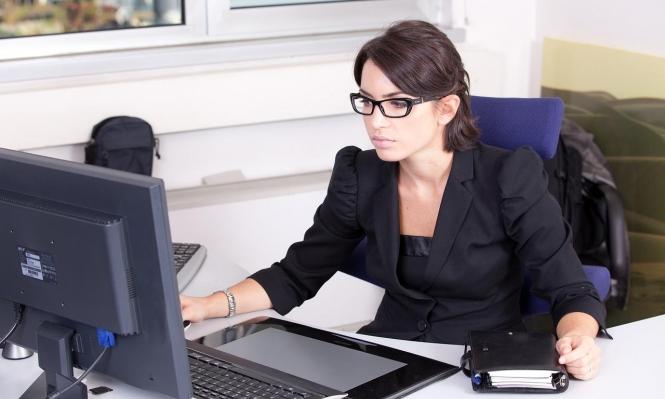 المعاملة السيّئة للنساء في العمل تجعلهنّ أمهات أكثر سلطويّة