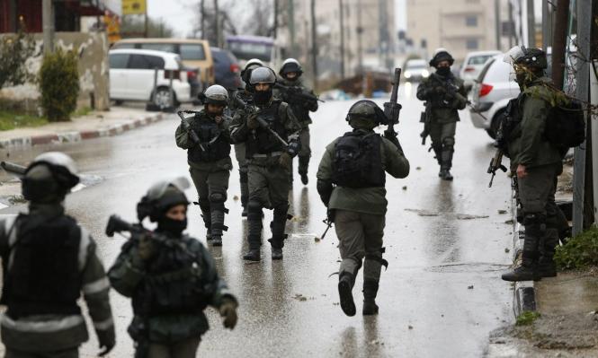 مستوطنون يعتدون على فلسطينيين بالخليل واعتقالات بالضفة والقدس