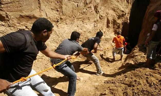 غزة: قتيلان واختناق 9 أشخاص بنفق استهدفه الأمن المصري