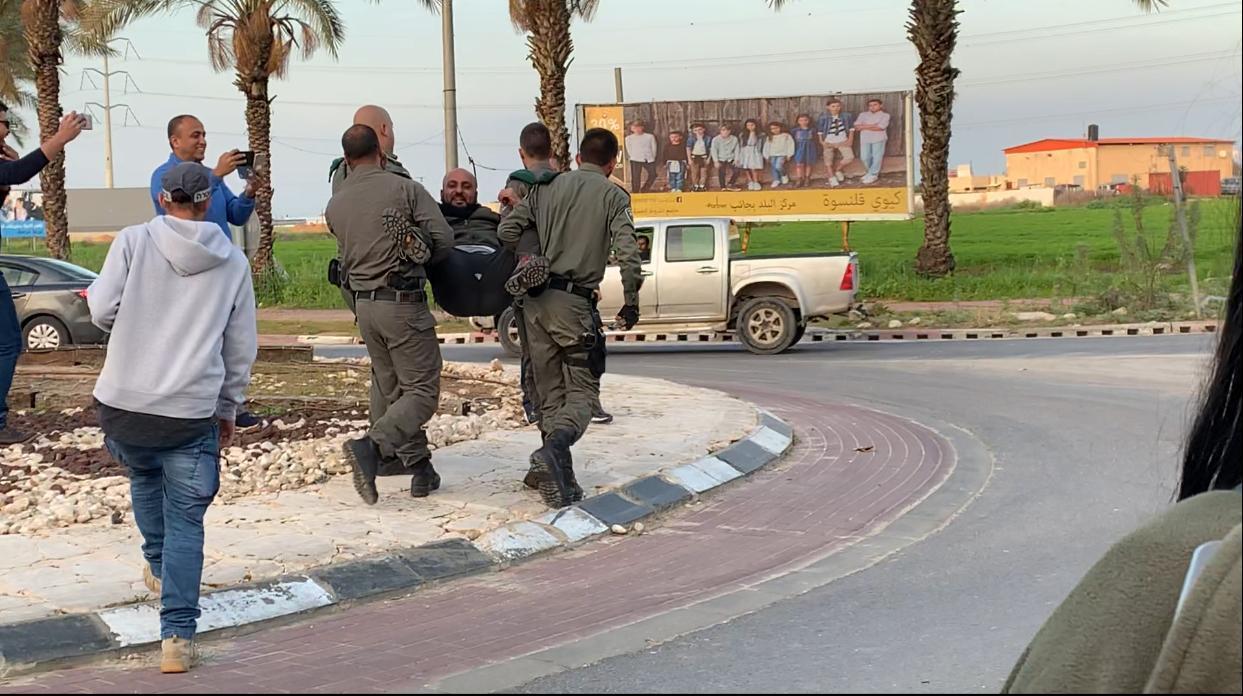 تظاهرة احتجاجية وإغلاق مدخل قلنسوة ضد هدم المنازل
