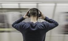 """""""الصحة العالمية"""" تُحذر من مخاطر الهواتف الذكية على السمع"""