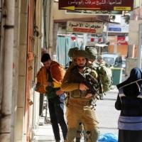 اتهام ضابط بعدم منع جنوده  التنكيل بمعتقلين فلسطينيين