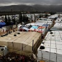 النظام وروسيا يمنعان الغذاء والوقود عن مخيم نازحين محاصر