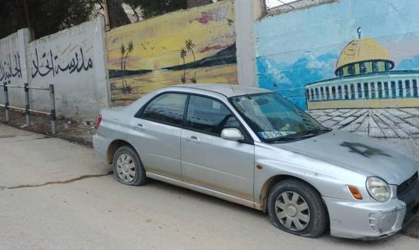 إرهاب المستوطنين يتواصل: إعطاب مركبات وشعارات تحريضية غرب رام الله