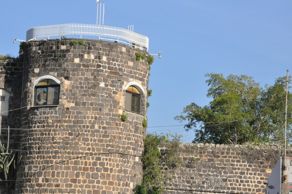 برج الكنيسة الكاثوليكية/مار بطرس، القائمة على سور البلدة القديمة