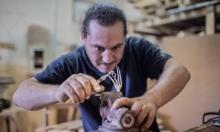 فنان فلسطيني يعيد تدوير أدوات القتل التي يستخدمها الاحتلال
