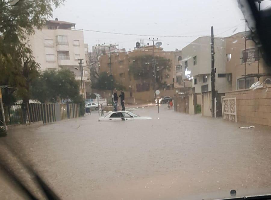 الطيبة: مياه الأمطار تغرق شوارع ومنازل وسيارات
