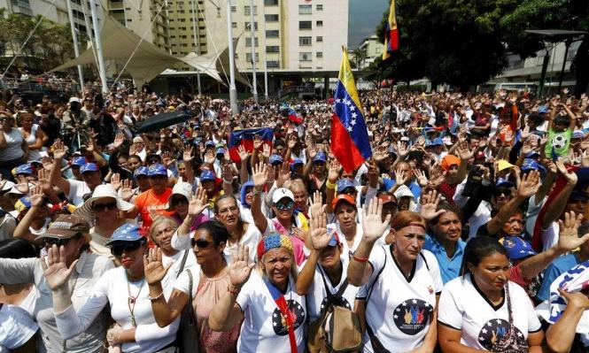 """تظاهرات في فنزويلا ومادورو يتهم أميركا بـ""""حرب الكهرباء"""""""