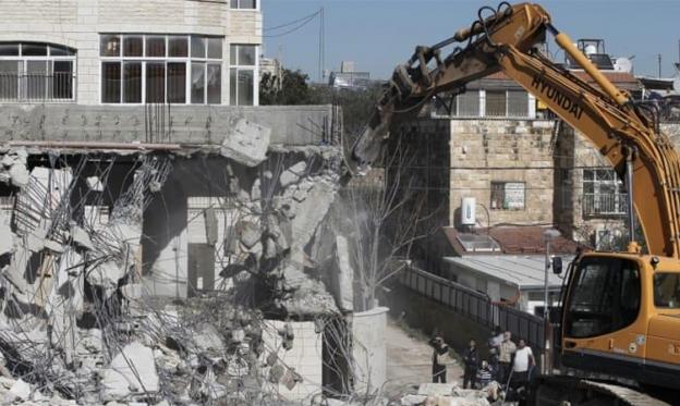 عائلتان مقدسيّتان تهدمان منزليهما بأوامر الاحتلال