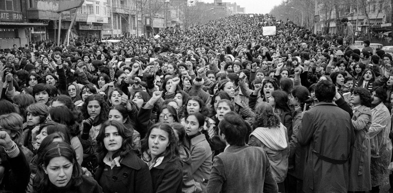 مشاركة النساء في الثورة الإيرانية شكّل نقطة تحول للعمل النسوي الإسلامي (أ ب)