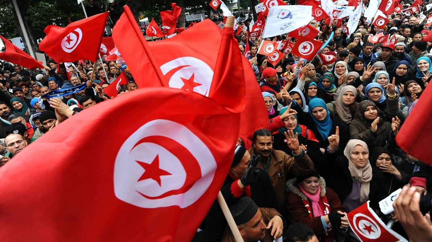 تونسيات من حركة النهضة يشاركن في تظاهرة بتونس (أ ب)