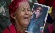 فنزويليّة تبكي الرئيس الراحل تشافيز في ظلّ الأوضاع الرّاهنة للبلاد