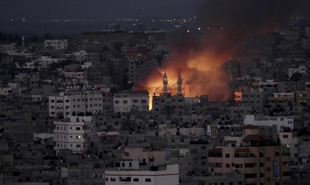 الاحتلال يغير على مواقع في قطاع غزّة