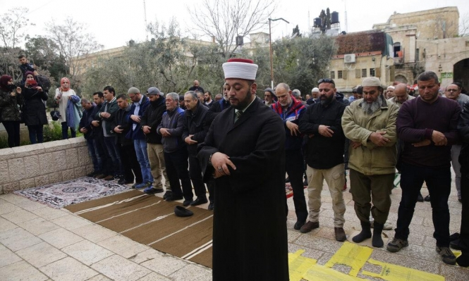 المقدسيّون يصلّون خارج المسجد الأقصى بعد أن أغلق الاحتلال أبوابه