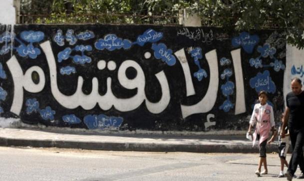 استهداف منزل نائب عن حماس بالخليل واعتقال مدير التلفزيون بغزة