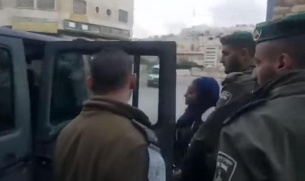 الاحتلال يعتقل فتاة بزعم محاولة طعن بالخليل ويُبعد حارسيْن عن الأقصى