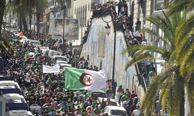 """الجزائر: قيادات في الحزب الحاكم """"تبارك الحراك وتدعم مطالبه"""""""
