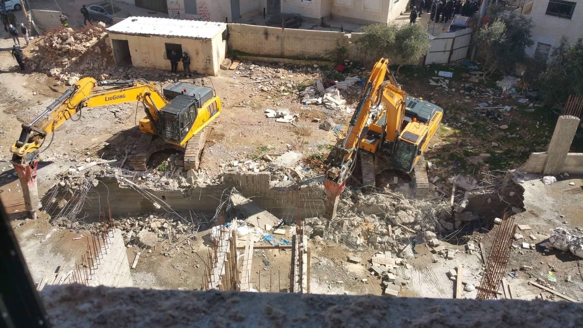 الاحتلال يهدم مبنى تابعا لمدرسة الرازي بمخيم شعفاط