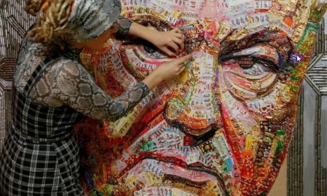 """""""وجه الفساد"""" لوحة من فوارغ الرصاص وأغلفة الحلوى"""