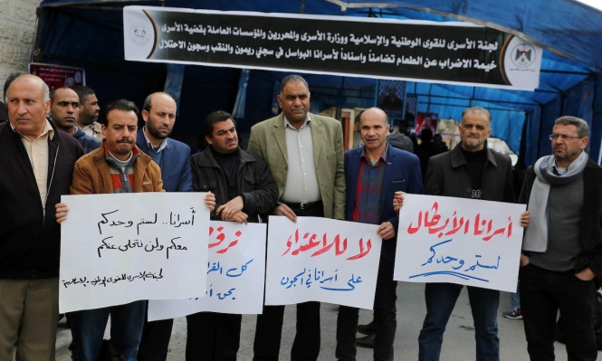 الاحتلال يمنع الأسرى من أداء صلاة الجمعة ويعتدي على أسرى النقب