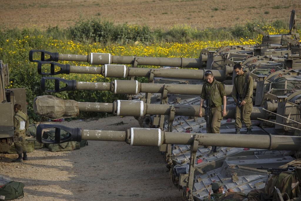 حشود عسكريّة إسرائيلية في محيط غزّة (أ ب)