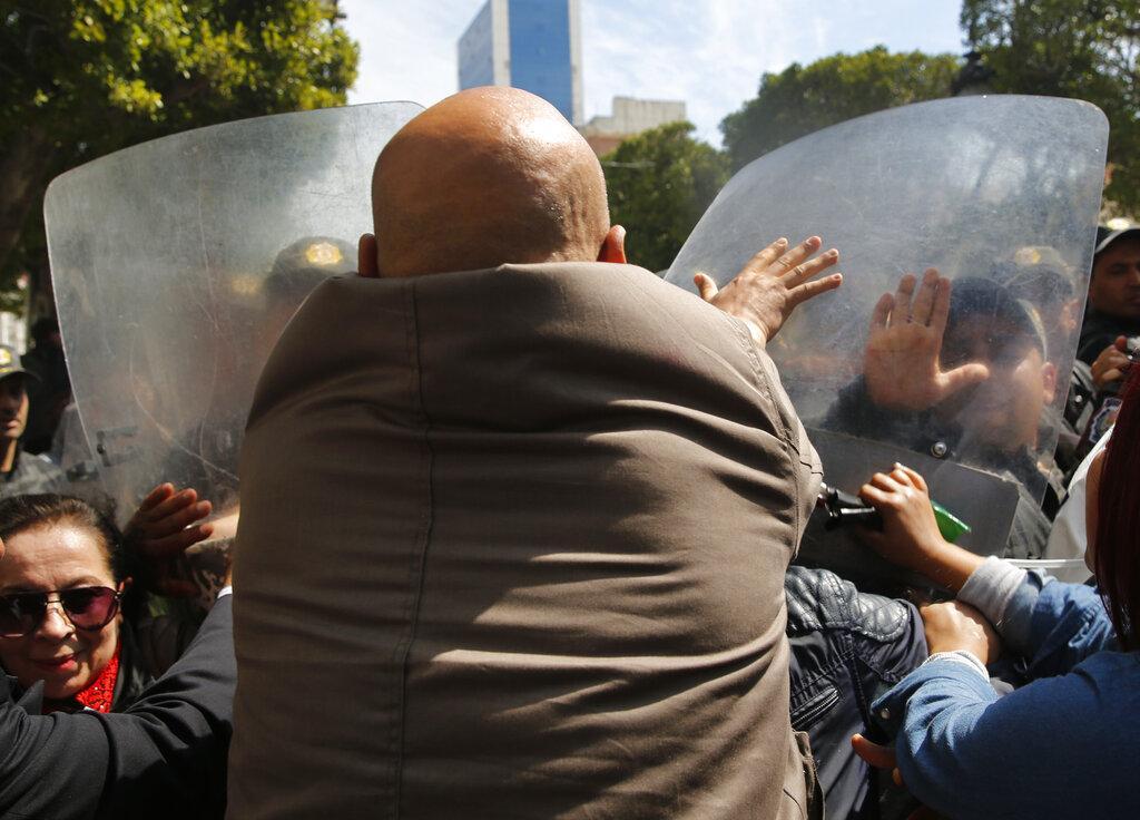 قمة تونس تدعو إلى تسويات سياسية بالمنطقة العربية