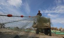 صياد غزي يجهز شباك صيده
