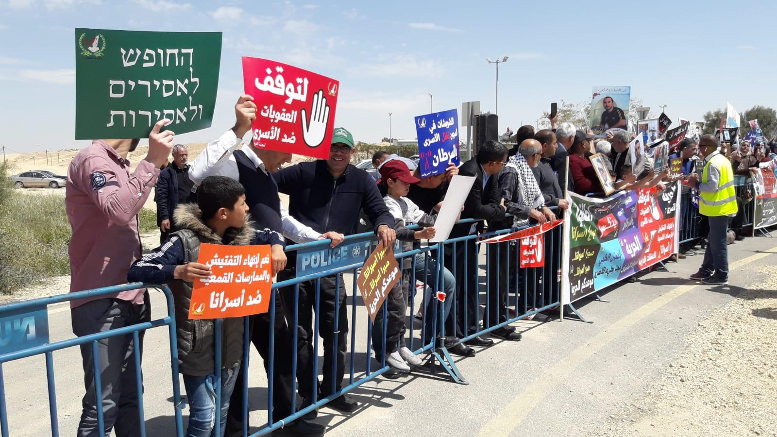 وقفة نصرة وإسناد للأسرى أمام سجن النقب الصحراوي