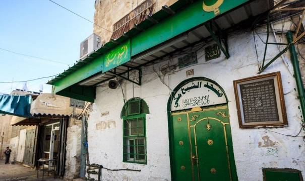 """مستوطنون يدنسون مسجد """"الشيخ مكي"""" ويقتحمون الأقصى"""