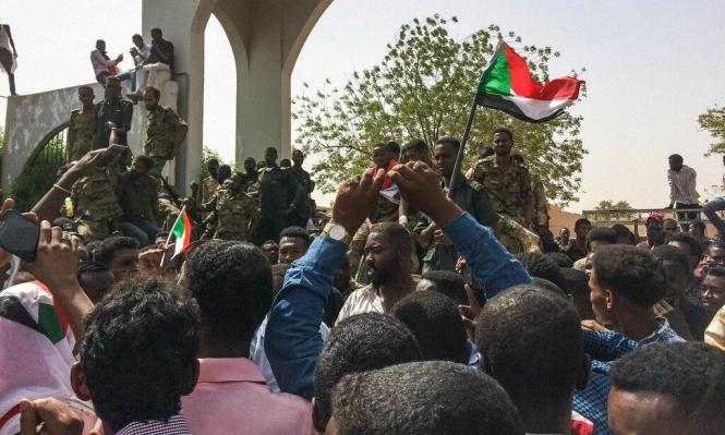 السودانيون يواصلون الاعتصام ويكسرون حظر التجول