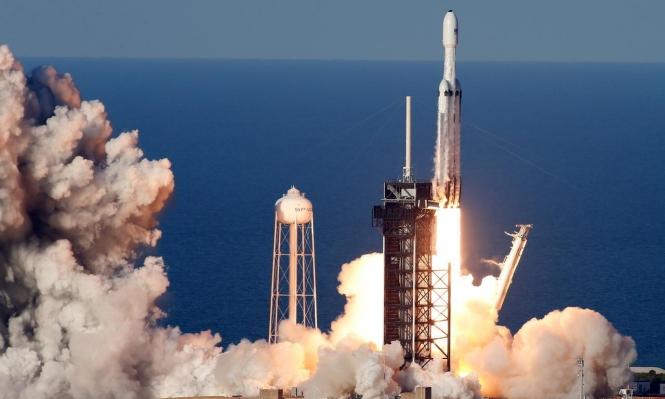 إطلاق أول صاروخ تجاري نحو الفضاء