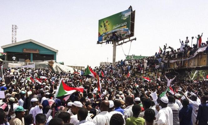 الأمن يفشل بفض اعتصام الخرطوم وبرهان رئيسا للأركان