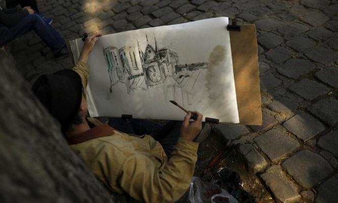 فنان فرنسي يرسم  كاتدرائية نوتردام كما يتذكرها قبل الحريق