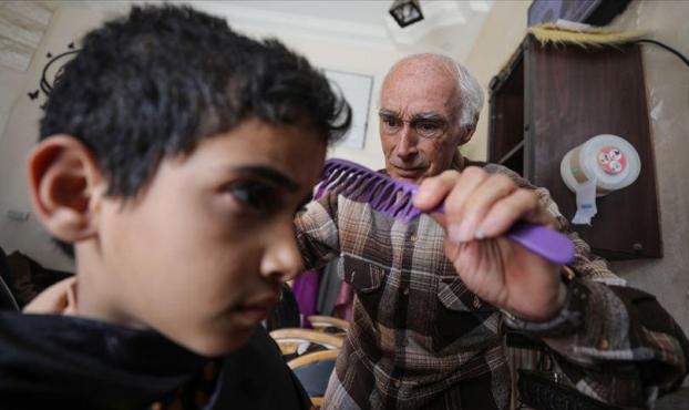 """غزة: """"ختيار الحلاقين""""... 60 عاما من الحكايات وقصات الشعر"""