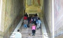"""روما: إزالة الغطاء الخشبي عن """"الدرج المقدس"""" الذي يغطيه منذ 300 سنة"""