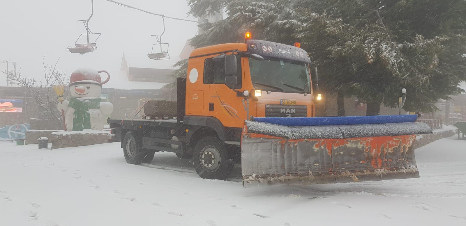 فيديو وصور: الثلوج تتساقط على جبل الشيخ في عز الربيع