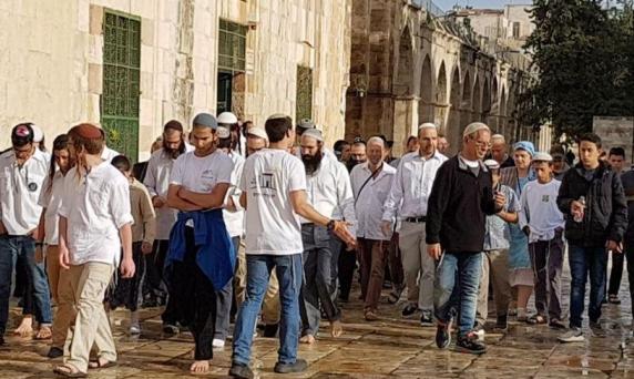 """مستوطنون يقحمون الأقصى بـ""""الفصح العبري"""" والقدس ثكنة عسكرية"""