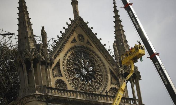 لحمايتها من المطر: متسلقون محترفون لتغطية كاتدرائية نوتردام