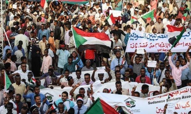 السودانيون يؤدون صلاة الجمعة في مكان الاعتصام