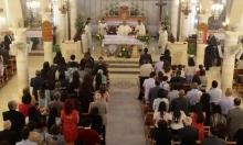 الفلسطينيون يحضرون قداس عيد الفصح الأرثوذكسي في كنيسة العائلة المقدسة في مدينة رام الله