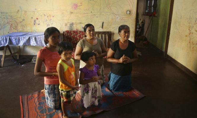 عائلة مسيحية سريلانكية تُحيي قداس الأحد في منزلها من خلال بث تلفزيوني عقِب هجمات الفصح