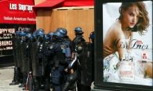 حشود الشرطة بمواجهة المتظاهرين
