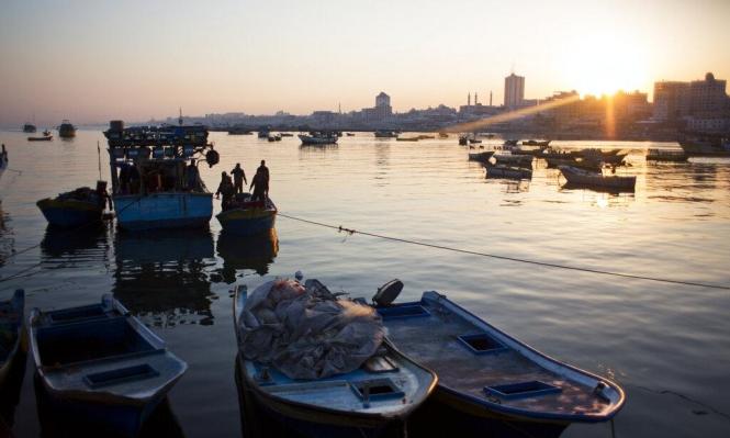 الاحتلال يعتقل صيادين ويصيب ثالثا ببحر غزة