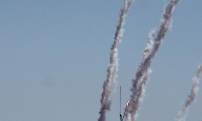 إطلاق عشرات الصواريخ من غزة وإصابة مبنى بشكل مباشر