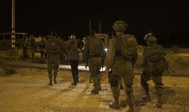 اعتقال 14 فلسطينيا بالضفة وضبط وسائل قتالية بالخليل
