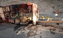 النقب: إصابة خطيرة بانقلاب شاحنة