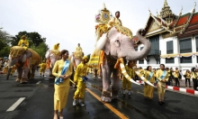 من طقوس تكريم لملك تايلاند المتوج حديثا